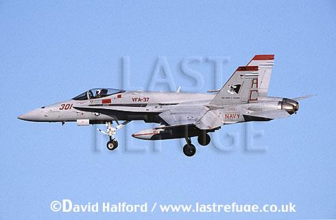 Boeing (McDonnell Douglas) F/A-18C / FA.18C / FA18C Hornet, (AC/301), VFA-37 'Bulls', US Navy (USN), landing, Naval Air Station (NAS) Oceana, Virginia (VA), USA, May 2002