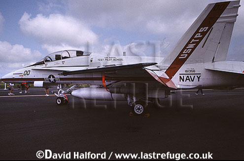 Boeing (McDonnell Douglas) F/A-18B / FA.18B / FA18B Hornet, (161356/00), US Navy Test Pilots' School (USNTPS) , US Navy (USN), landing, Naval Air Station (NAS) Oceana, Virginia (VA), USA, May 2002