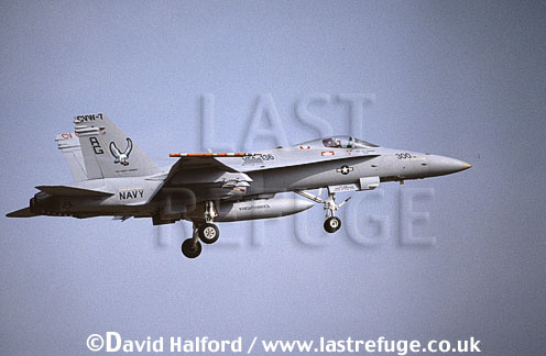 Boeing (McDonnell Douglas) F/A-18C / FA.18C / FA18C Hornet, (300), VFA-136 'Knighthawks', US Navy (USN), landing, Naval Air Station (NAS) Oceana, Virginia (VA), USA, May 2001