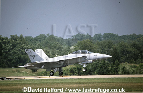 Boeing (McDonnell Douglas) F/A-18F / FA.18F / FA18F Super Hornet (NJ/125), VFA-122, US Navy (USN), landing, Naval Air Station (NAS) Patuxent River, Maryland (MD), USA, May 2001