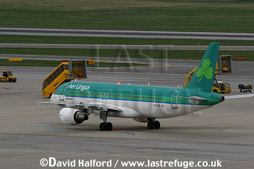 Airbus A.320-214 (EI-CVD) of Aer Lingus taxying at Flughafen Wien, Vienna's Schwechat Airport, Austria / April 2005