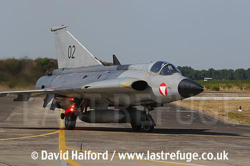 Saab / SAAB J35OE / J 35OE (originally J35D / J 35D) Draken (02) of the Oesterreichische Luftstreitskraefte (Austrian Air Force)'s Ueberwachungsgeschwader (Air Superiority Wing) taxying, Cazaux Air Base, Landes, France - June 2005