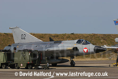 Saab / SAAB J35OE / J 35OE (originally J35D / J 35D) Draken (02) of the Oesterreichische Luftstreitskraefte (Austrian Air Force)'s Ueberwachungsgeschwader (Air Superiority Wing) taxying, Cazaux Air Base, Landes, France - June 2005